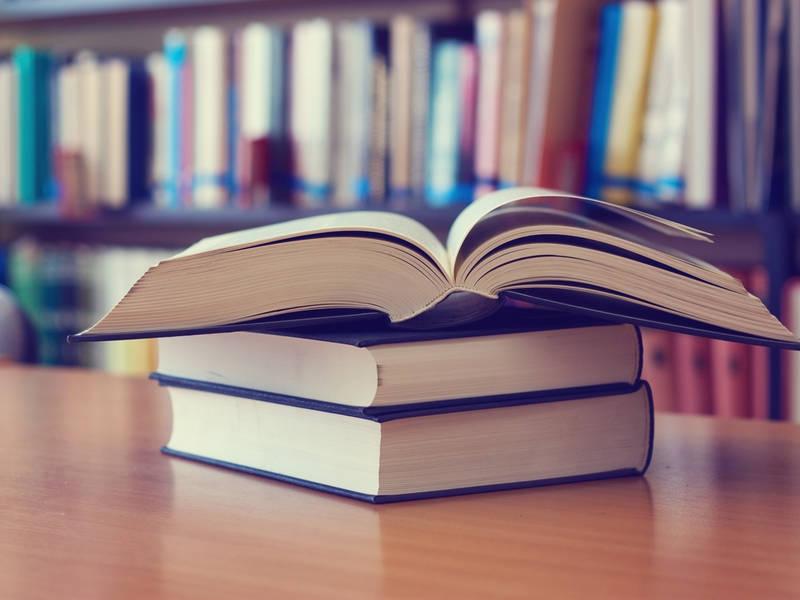 https: img-k.okeinfo.net content 2018 05 17 196 1899441 punya-resolusi-membaca-lebih-banyak-ini-5-buku-fiksi-yang-wajib-anda-baca-vVevPiuEqE.jpg