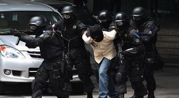 https: img-k.okeinfo.net content 2018 05 17 340 1899418 usai-penyerangan-di-mapolda-riau-8-terduga-teroris-ditangkap-u4vOY6eVWN.jpg