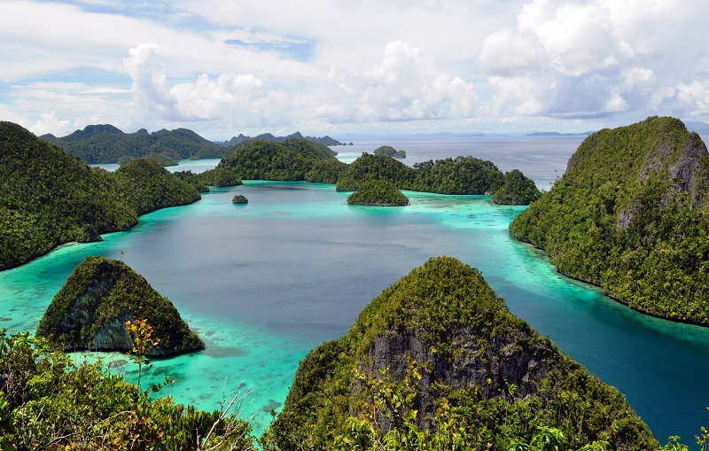 https: img-k.okeinfo.net content 2018 05 17 406 1899652 foto-foto-ini-buktikan-pulau-wayag-bak-surga-kecil-yang-jatuh-ke-bumi-3WS7sqSDjk.jpg