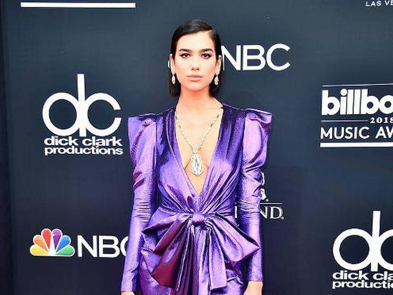 https: img-k.okeinfo.net content 2018 05 21 194 1900693 best-looks-di-red-carpet-billboard-music-award-2018-ada-yang-hampir-telanjang-dada-HQdGgs0aZv.jpg