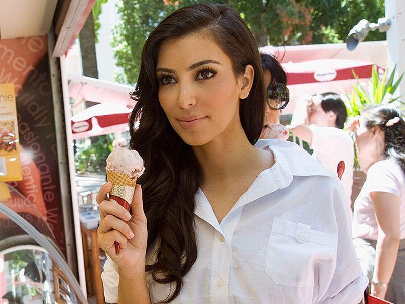 https: img-k.okeinfo.net content 2018 05 23 194 1901747 kim-kardashian-kembali-foto-vulgar-ups-putingnya-nyempil-l76Yt7K4Es.jpg