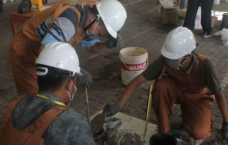 https: img-k.okeinfo.net content 2018 05 23 65 1901813 3-mahasiswa-its-aduk-limbah-marmer-dengan-beton-justru-berkualitas-U9fdmXB5AH.jpg