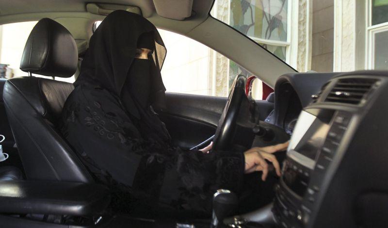https: img-k.okeinfo.net content 2018 06 04 18 1906125 generasi-muda-di-arab-saudi-bersemangat-boleh-mengendari-mobil-kaum-ibu-pilih-disopiri-B0aXfa54yh.jpg