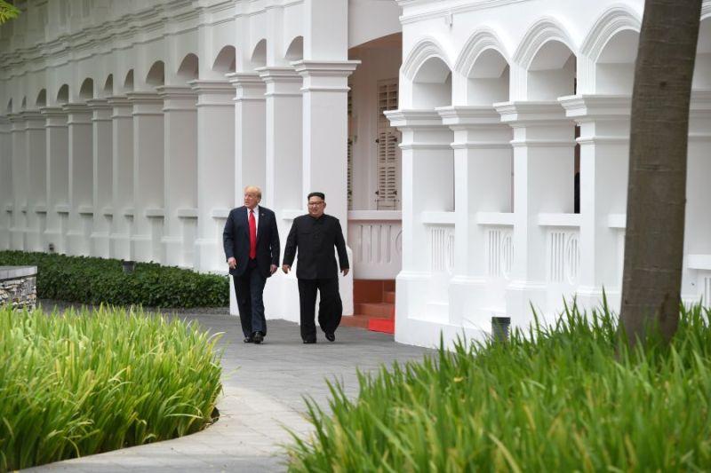 https: img-k.okeinfo.net content 2018 06 12 18 1909588 trump-dan-kim-jong-un-lakukan-penandatanganan-kesepakatan-di-ktt-singapura-iVByJymU0H.jpg
