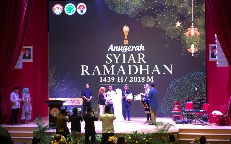https: img-k.okeinfo.net content 2018 06 28 598 1915213 lewat-ajang-anugerah-syiar-ramadhan-2018-komisi-penyiaran-indonesia-berikan-13-penghargaan-26G06Q9QSa.jpg