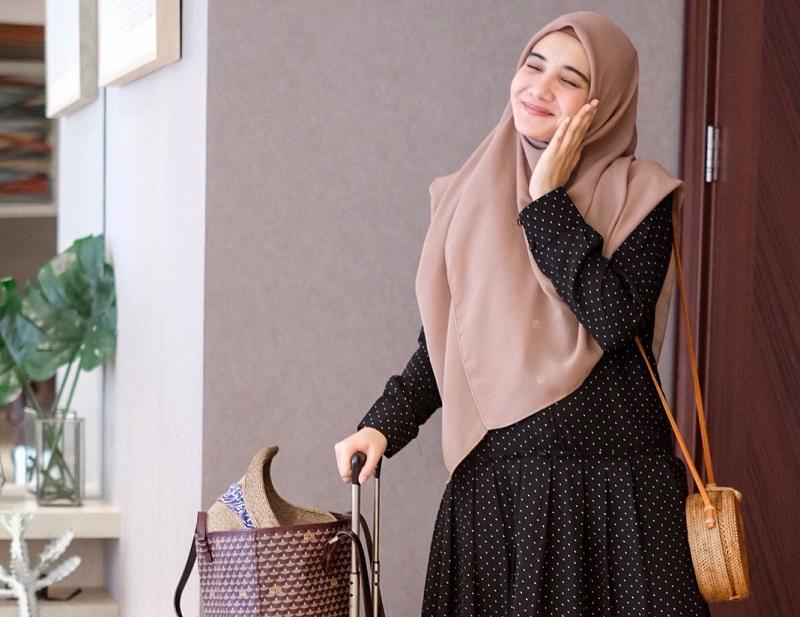 https: img-k.okeinfo.net content 2018 07 05 194 1918291 gaya-liburan-zaskia-sungkar-cantik-maksimal-dengan-hijab-syar-i-zeKgI21HzF.jpg