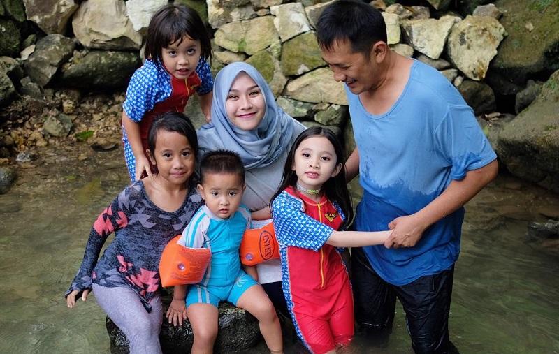 https: img-k.okeinfo.net content 2018 07 05 406 1918406 keseruan-keluarga-zaskia-mecca-dan-hanung-bramantyo-berwisata-di-taman-sungai-mudal-owckIyixzX.jpg