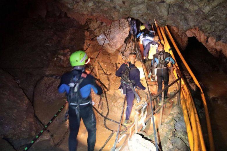 https: img-k.okeinfo.net content 2018 07 08 18 1919539 18-penyelam-dikirimkan-dalam-operasi-penyelamatan-remaja-yang-terjebak-di-gua-thailand-ma6D8ZN2HT.jpg