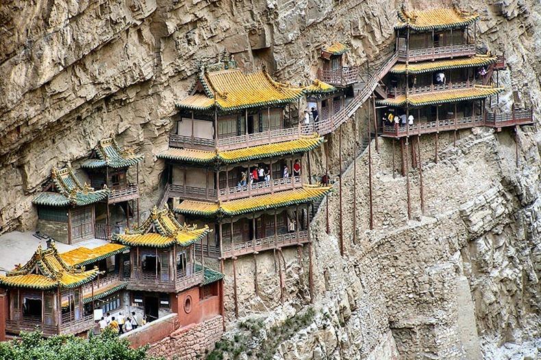 https: img-k.okeinfo.net content 2018 07 09 406 1919944 deg-degan-meniti-langkah-di-the-hanging-temple-kuil-gantung-china-PKfT2grUlL.jpg