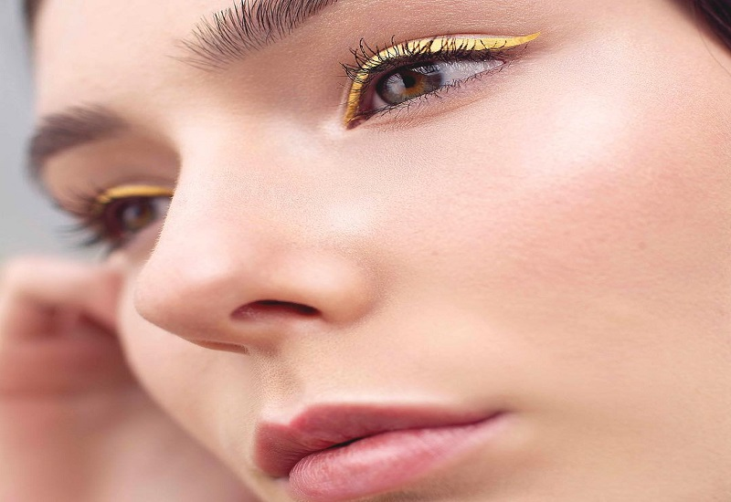 https: img-k.okeinfo.net content 2018 07 10 194 1920333 tren-baru-eyeliner-kuning-wajah-terlihat-cerah-dan-cocok-untuk-siapa-saja-XJQuUMDPKa.jpg