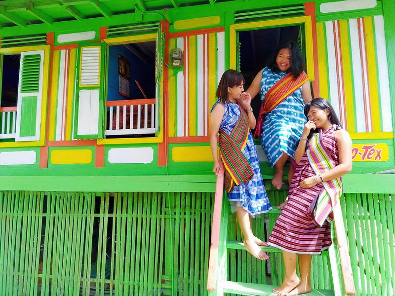 https: img-k.okeinfo.net content 2018 07 10 406 1920290 kampung-tenun-warna-warni-destinasi-wisata-baubau-yang-instagramable-gJriEbhuCN.jpg