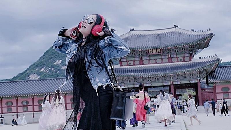 https: img-k.okeinfo.net content 2018 07 12 33 1921545 usai-tampil-di-festival-musik-korea-selatan-ratu-meta-tersesat-di-kota-seoul-s3nfxz00eu.jpg