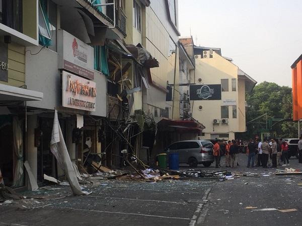 https: img-k.okeinfo.net content 2018 07 12 338 1921243 foto-foto-ledakan-ruko-di-kebayoran-baru-6DvouJMbwK.jpg