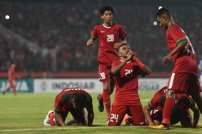 https: img-k.okeinfo.net content 2018 07 12 51 1921612 timnas-indonesia-u-19-dan-malaysia-sama-kuat-1-1-di-babak-pertama-p80NQ2lYhW.jpg