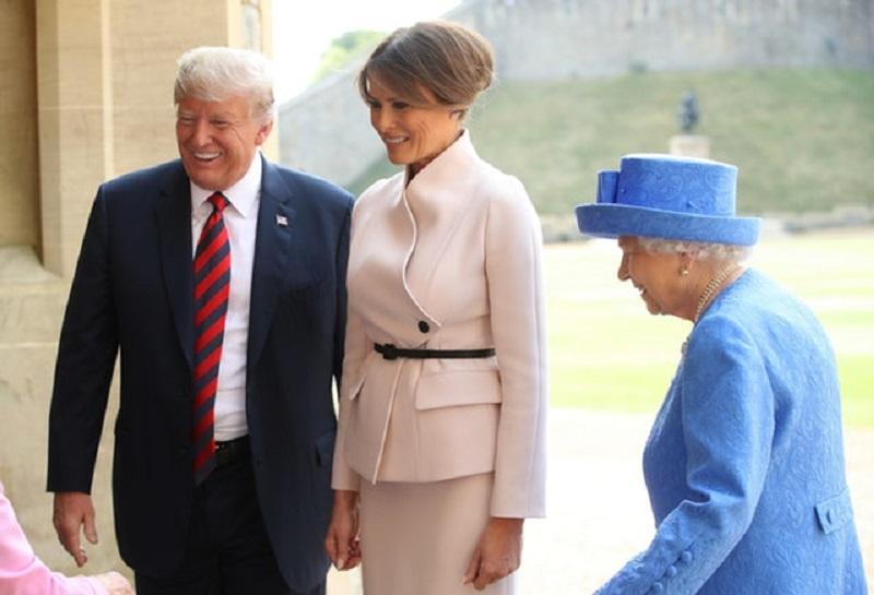 https: img-k.okeinfo.net content 2018 07 14 194 1922361 begini-penampilan-melania-trump-pertama-kali-bertemu-ratu-elizabeth-TfyO9Fu4mC.jpg