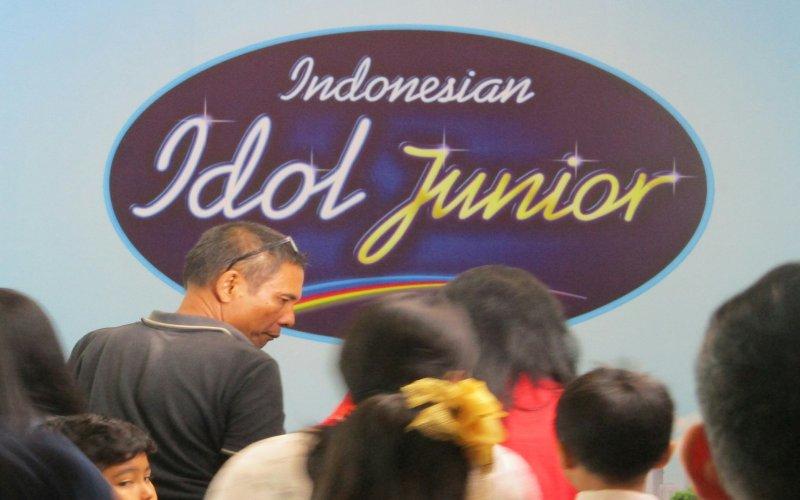 https: img-k.okeinfo.net content 2018 07 14 205 1922317 sukses-di-2-kota-audisi-indonesian-idol-junior-2018-tiba-di-jakarta-iqI5H0fyhU.jpg