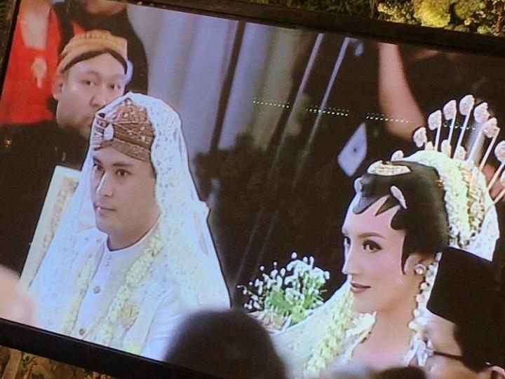 https: img-k.okeinfo.net content 2018 08 04 33 1931835 pesta-pernikahan-panji-trihatmodjo-dan-varsha-strauss-dijaga-ekstra-ketat-1PVUplUHBP.jpg