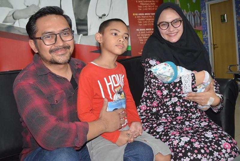 https: img-k.okeinfo.net content 2018 08 06 33 1932714 cerita-zee-zee-shahab-melahirkan-secara-caesar-dalam-waktu-30-menit-Vc8MfmtyAQ.jpg