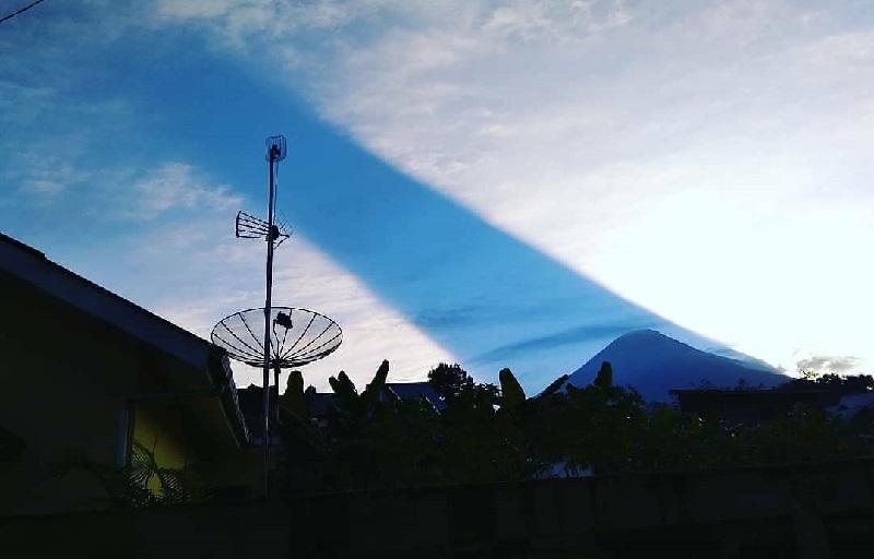 https: img-k.okeinfo.net content 2018 08 06 406 1932486 viral-video-peristiwa-cahaya-matahari-terbelah-di-atas-langit-gunung-sindoro-hn5dILDPQA.jpg