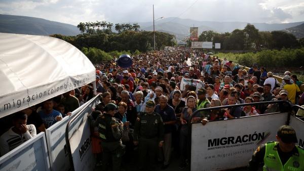 https: img-k.okeinfo.net content 2018 08 09 18 1934224 kebanjiran-pengungsi-dari-venezuela-ekuador-umumkan-keadaan-darurat-egoLDg2EYT.jpg