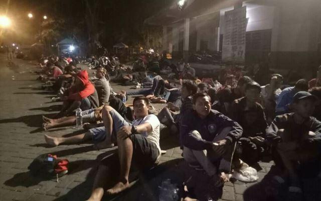 https: img-k.okeinfo.net content 2018 08 11 51 1934971 demi-tiket-final-ratusan-pendukung-timnas-indonesia-u-16-menginap-di-stadion-motildtvsB.jpg