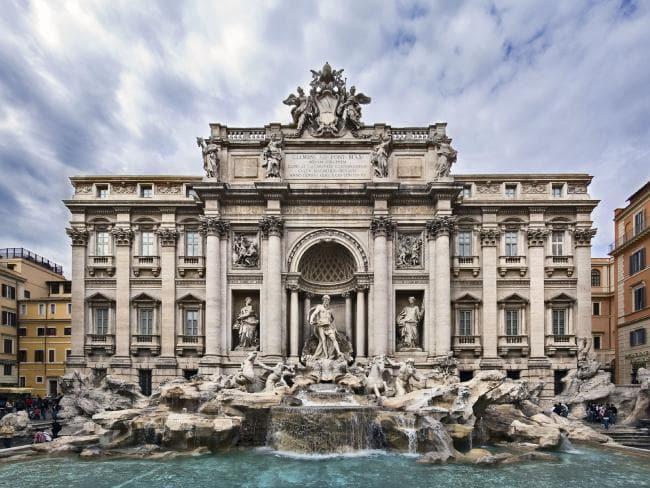 https: img-k.okeinfo.net content 2018 08 12 406 1935413 berebut-spot-selfie-di-trevi-fountain-italia-2-turis-saling-baku-hantam-Br5pG9D5OB.jpg