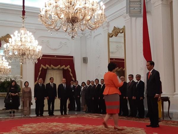 https: img-k.okeinfo.net content 2018 08 13 337 1935738 presiden-jokowi-terima-surat-kepercayaan-dari-8-dubes-di-istana-merdeka-Qh6DFs1jsz.jpg