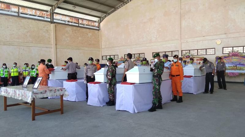 https: img-k.okeinfo.net content 2018 08 13 340 1935734 tiba-di-jayapura-8-jenazah-korban-pesawat-jatuh-di-papua-disambut-upacara-penghormatan-FEipeuWHCN.jpg
