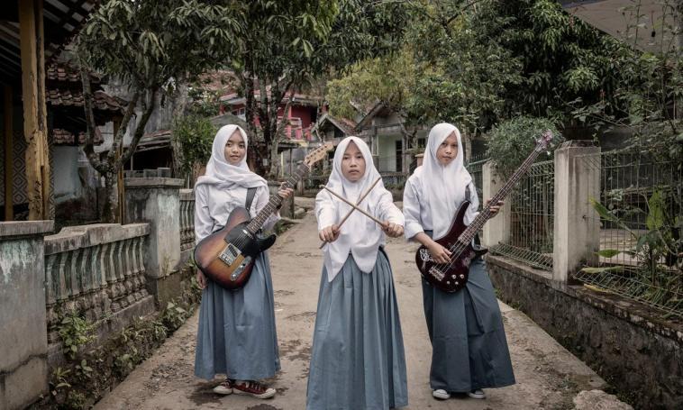 https: img-k.okeinfo.net content 2018 08 14 194 1936273 band-metal-beranggotakan-3-gadis-ini-tampil-beda-dengan-berhijab-XgaOmM3KjB.jpg