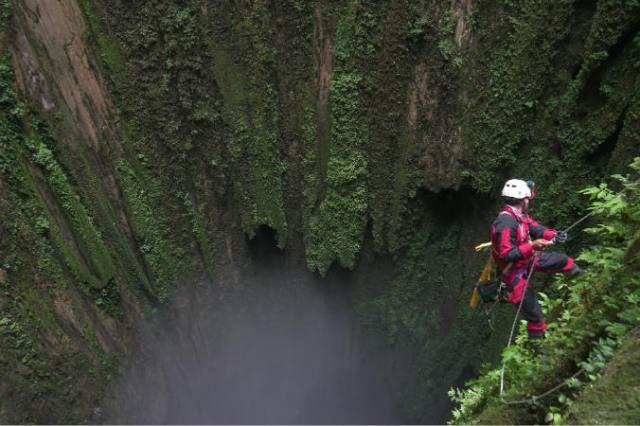 https: img-k.okeinfo.net content 2018 08 16 340 1937336 ekspedisi-menembus-dasar-gua-vertikal-terdalam-di-indonesia-2s7imbVtdE.jpg