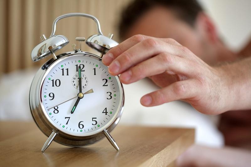 https: img-k.okeinfo.net content 2018 08 17 481 1938047 mematikan-alarm-dan-kembali-tidur-membuat-tubuh-lemas-eTI2Wgx2Au.jpg