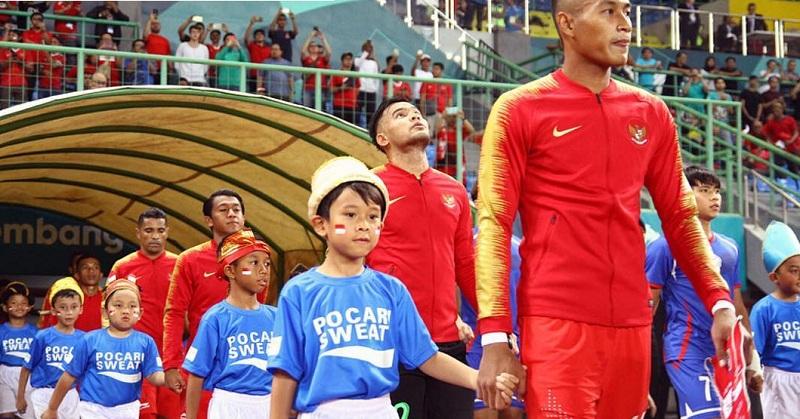 https: img-k.okeinfo.net content 2018 09 07 196 1947335 haru-dan-bangga-melani-putri-lihat-anaknya-jadi-player-escort-sepakbola-asian-games-2018-Bco1dgGwSZ.jpg