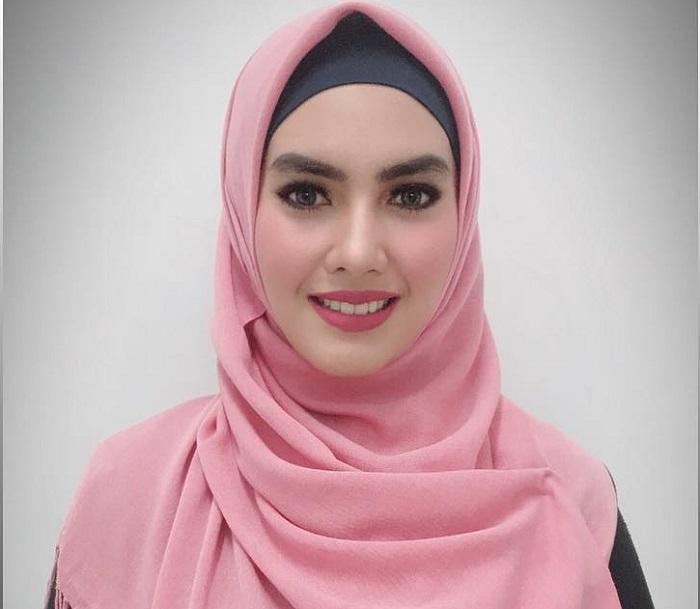 https: img-k.okeinfo.net content 2018 09 10 194 1948479 5-potret-gaya-hijab-kartika-putri-yang-simpel-dan-cantik-E7iLemP6oY.jpg