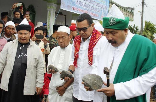 https: img-k.okeinfo.net content 2018 09 12 340 1949294 hadiri-peletakan-batu-pertama-masjid-taqwa-di-karo-arya-sinulingga-sampaikan-pesan-perdamaian-lY67ajrLJf.jpg