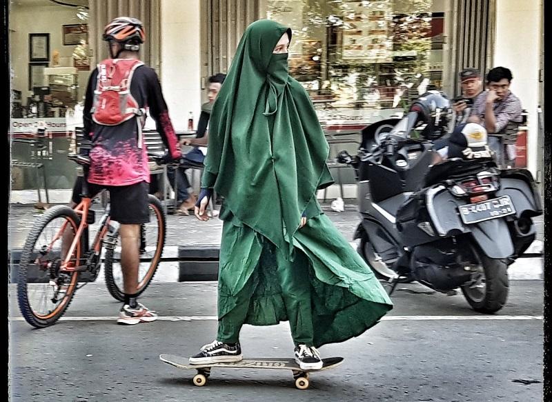 https: img-k.okeinfo.net content 2018 09 14 406 1950425 foto-foto-wanita-bercadar-main-skate-board-jadi-viral-REUW5xDidL.jpg