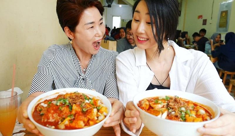https: img-k.okeinfo.net content 2018 09 24 298 1954959 4-video-ini-buktikan-food-vlogger-korea-hari-jisun-doyan-santap-makanan-asli-indonesia-ZAG0QpoFyk.jpg