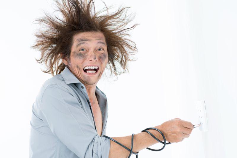 https: img-k.okeinfo.net content 2018 09 26 196 1956103 jangan-panik-ini-hal-yang-harus-kamu-lakukan-ketika-tersengat-listrik-uDGPTdRG40.jpg