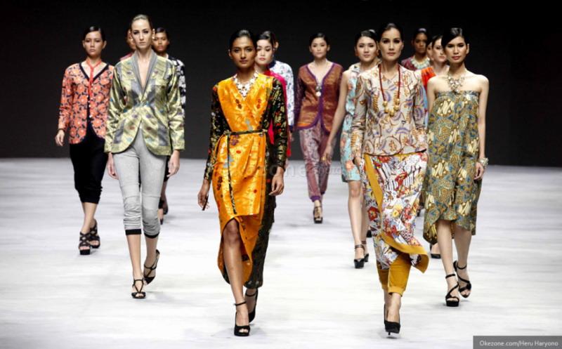 https: img-k.okeinfo.net content 2018 10 02 194 1958570 7-desainer-indonesia-ini-bawa-batik-ke-level-internasional-WP5sLndcpA.jpg