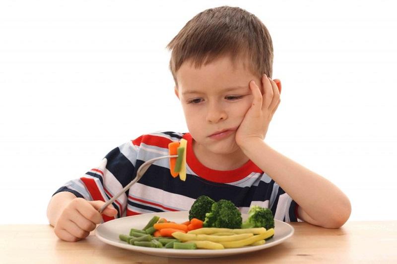 https: img-k.okeinfo.net content 2018 10 05 481 1960339 4-gaya-orangtua-saat-memberikan-makan-ke-anaknya-mana-yang-benar-OrkYihHhzn.jpg