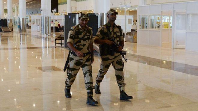 https: img-k.okeinfo.net content 2018 10 10 18 1962128 polisi-yang-bertugas-di-bandara-india-diminta-tidak-mengumbar-senyum-ZXBKUfztBl.jpg