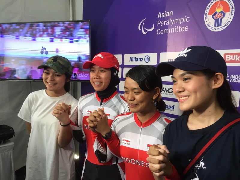 https: img-k.okeinfo.net content 2018 10 11 33 1962637 sheryl-sheinafia-ditemui-fans-atlet-sepeda-asian-para-games-2018-Y1He861NIR.jpg