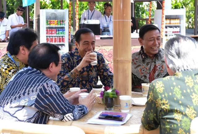 https: img-k.okeinfo.net content 2018 10 12 337 1963233 rehat-sejenak-jokowi-ngopi-bareng-menterinya-di-acara-annual-meeting-imf-wb-OwXtSAnfoV.jpg