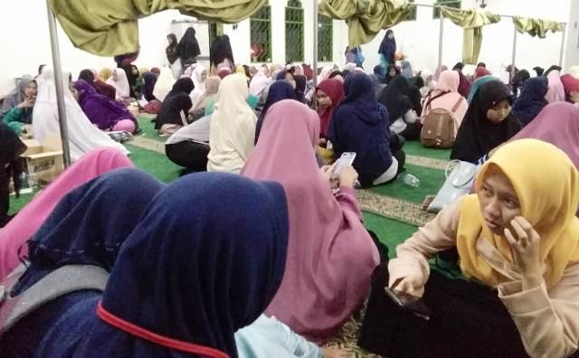 https: img-k.okeinfo.net content 2018 10 12 338 1963437 asramanya-terbakar-ratusan-mahasiswi-santri-iiq-ngungsi-ke-masjid-vij9Wkhh4h.jpg