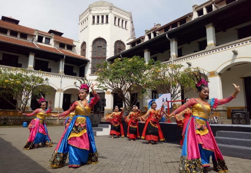 https: img-k.okeinfo.net content 2018 10 12 406 1963024 hari-museum-indonesia-wisata-lawang-sewu-dibanjiri-pengunjung-720CybbbWz.jpg