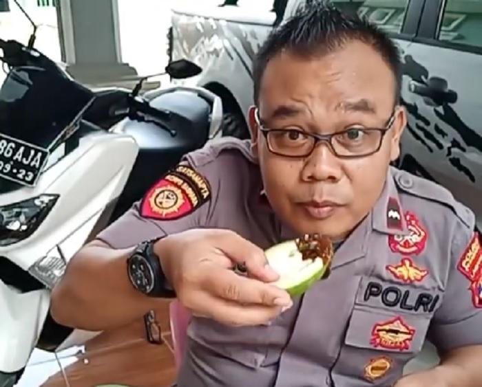 https: img-k.okeinfo.net content 2018 10 13 298 1963650 perkenalkan-turono-pujakesuma-pak-polisi-yang-hobi-bikin-video-makan-pedas-dRsoMdmF4B.jpg
