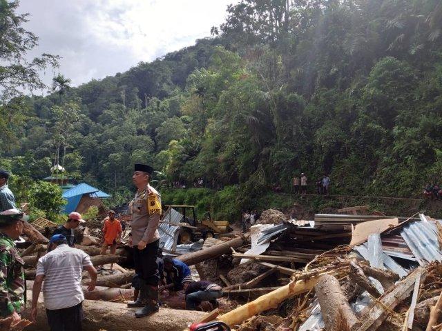 https: img-k.okeinfo.net content 2018 10 13 340 1963698 mandailing-natal-diterjang-banjir-longsor-tanggap-darurat-ditetapkan-hingga-18-oktober-5X1HQRddqd.jpg