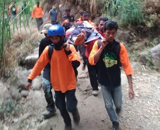 https: img-k.okeinfo.net content 2018 10 15 512 1964424 kabarkan-dirinya-tersesat-di-gunung-lawu-salman-berhasil-diselamatkan-setelah-wa-orangtuanya-JjIhC8OpcP.jpg