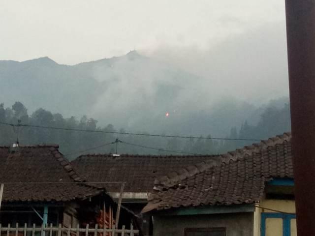 https: img-k.okeinfo.net content 2018 10 17 512 1964967 api-tak-kunjung-padam-satgas-pemadam-kebakaran-gunung-merbabu-dibentuk-uC6p4h0EFS.jpg