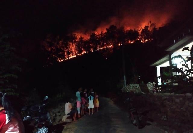 https: img-k.okeinfo.net content 2018 10 17 512 1965364 tanggap-darurat-kebakaran-gunung-merbabu-diberlakukan-selama-14-hari-KjIAy77t4s.jpeg