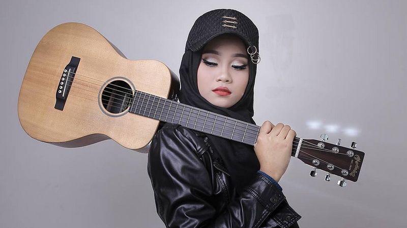 https: img-k.okeinfo.net content 2018 10 19 205 1966099 tak-hanya-jadi-penyanyi-ayu-idol-ternyata-juga-artis-live-streaming-gVRHNaMt9A.JPG